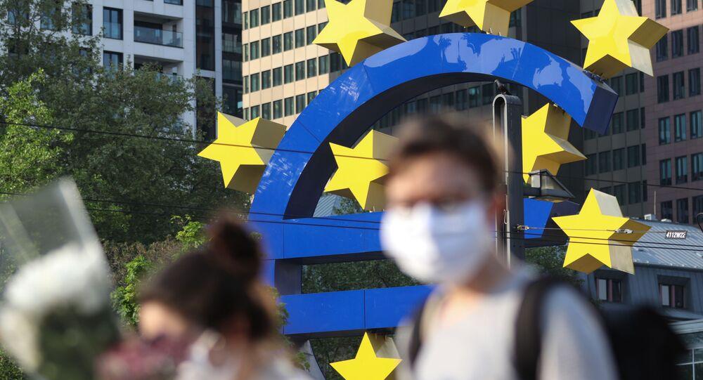 Passants en masques devant la Banque centrale européenne Francfort, avril 2020