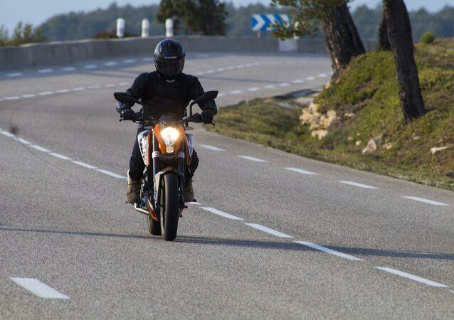Un motard sur la route