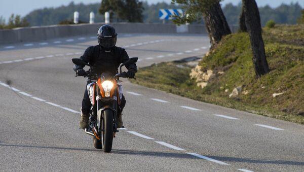 Un motard sur la route - Sputnik France