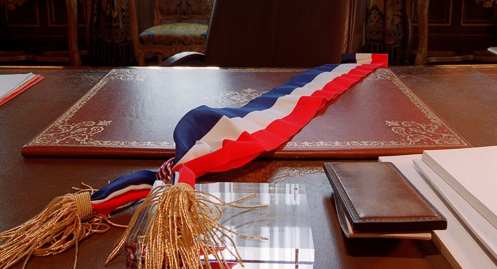 Une écharpe tricolore posée sur le bureau d'un maire, image d'illustration