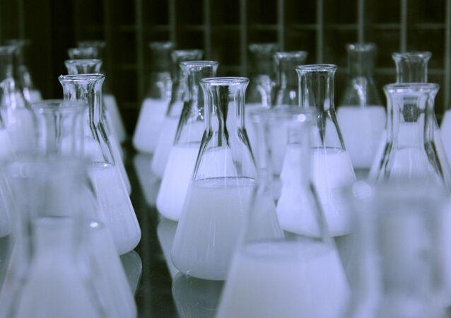 Des flacons dans un laboratoire (image d'illustration)