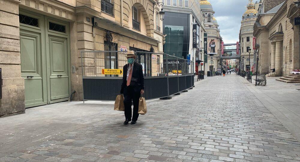 Un homme portant un masque à Paris