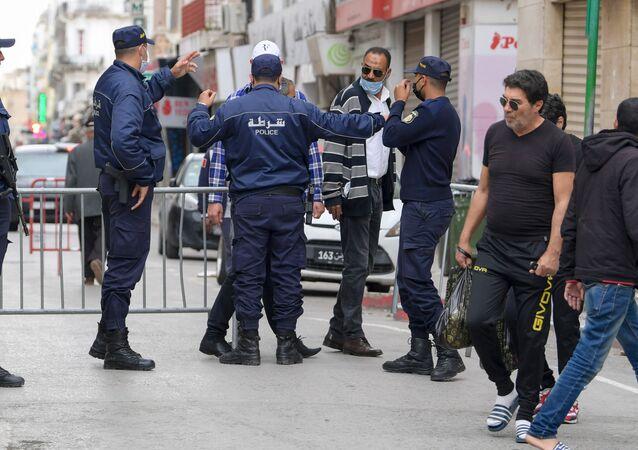 Des policiers devant le marché central de Tunis font respecter les mesures prises par le gouvernement le premier jour de ramadan.