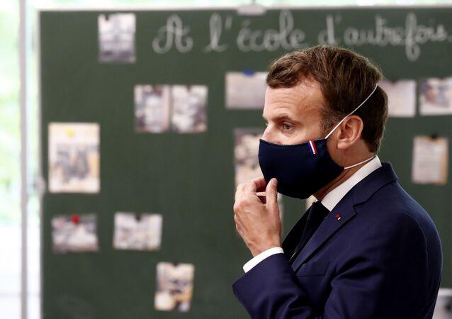 Emmanuel Macron en visite dans un école de Poissy, en région parisienne (5 mai 2020)