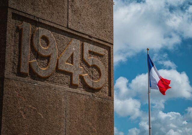 Monument avec la date de la fin de la Seconde guerre mondiale