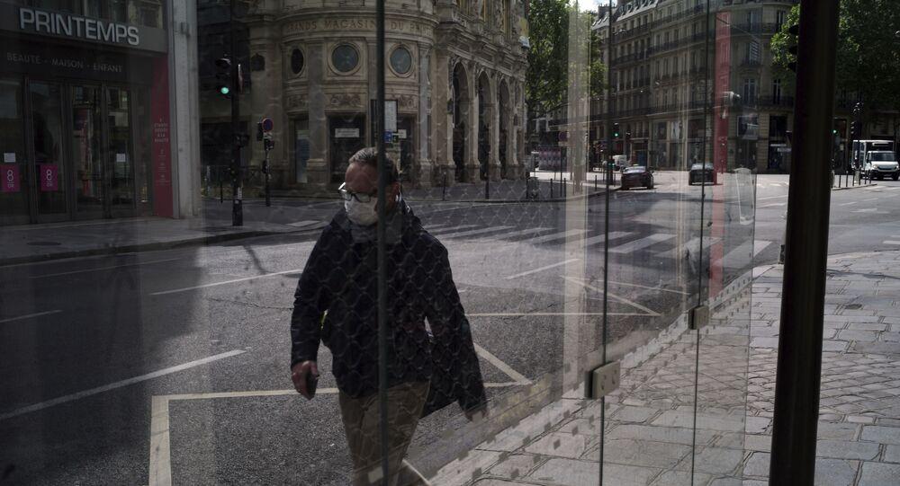 Un homme dans une rue de Paris, le 29 avril 2020.