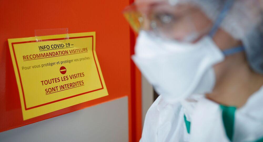 Une infirmière portant gants et masques à la Clinique Breteche de Nantes pendant l'épidémie de Covid-19