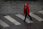 Une femme portant un masque en France