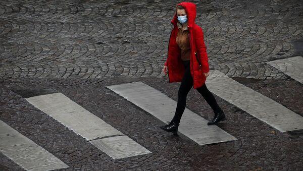 Une femme portant un masque en France - Sputnik France