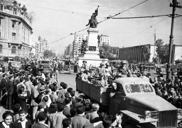 La Grande Guerre patriotique 1941-1945. L'entrée de l'armée soviétique à Bucarest. Les habitants de la ville accueillent les soldats soviétiques.