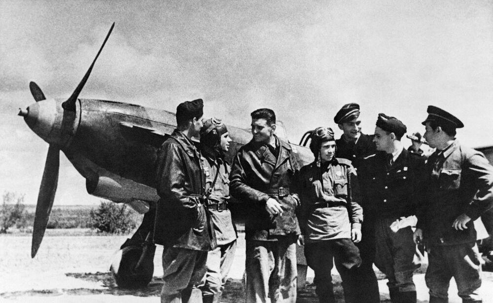 des combattants soviétiques et français de l'escadrille Normandie-Niemen, région de Koursk, 1943.