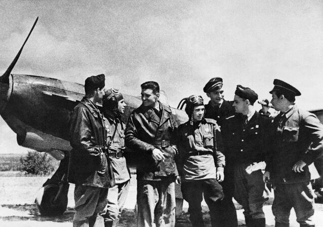 Des combattants soviétiques et français de l'escadrille Normandie-Niémen, région de Koursk, 1943.