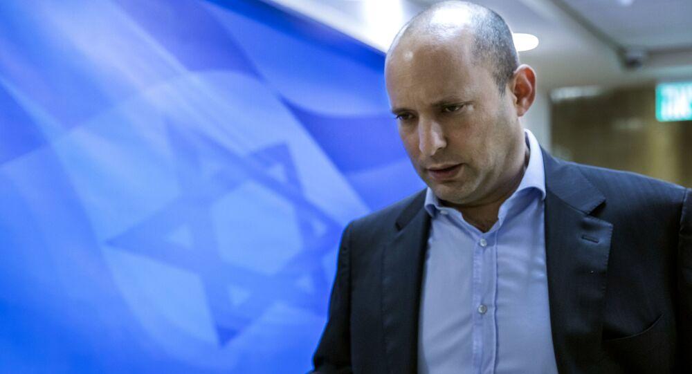 Le ministre israélien de l'Éducation Naftali Bennett, qui est également le chef du parti religieux Foyer juif, arrive pour la réunion hebdomadaire du cabinet à Jérusalem, dimanche 4 février 2018. (Jim Hollander/Pool via AP)