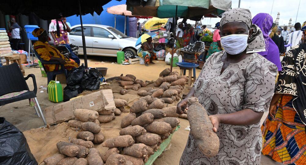 Une femme dans un marché dans la banlieue d'Abidjan, Côte d'Ivoire.