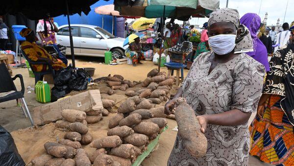 Une femme dans un marché dans la banlieue d'Abidjan, Côte d'Ivoire. - Sputnik France