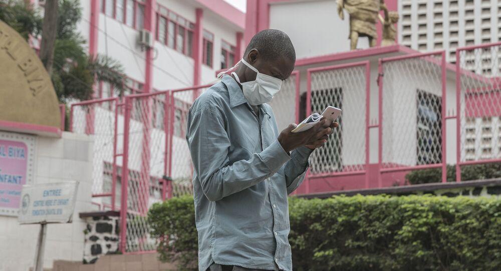 Un Camerounais devant l'entrée de l'hôpital de Yaoundé.