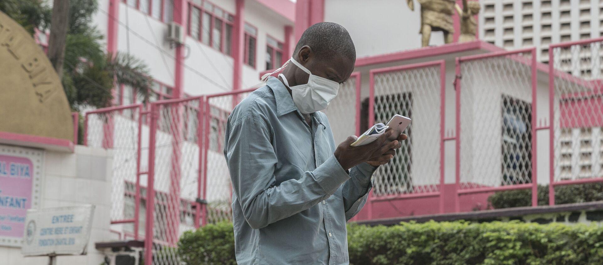 Un Camerounais devant l'entrée de l'hôpital de Yaoundé. - Sputnik France, 1920, 07.05.2020