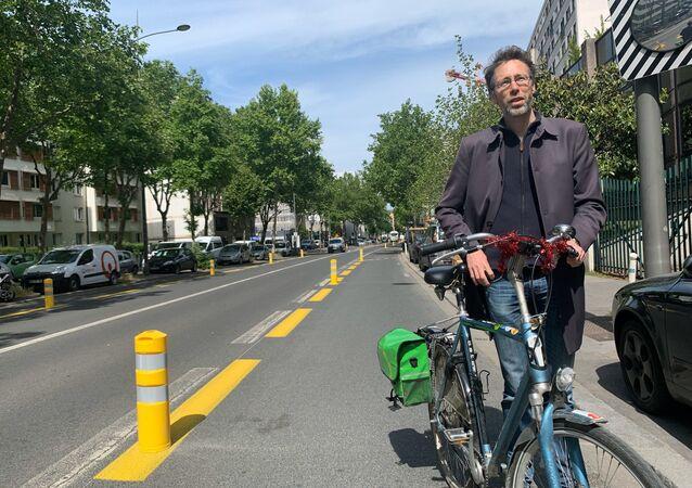 Le porte-parole du Collectif Vélo Île-de-France devant une coronapiste cyclable