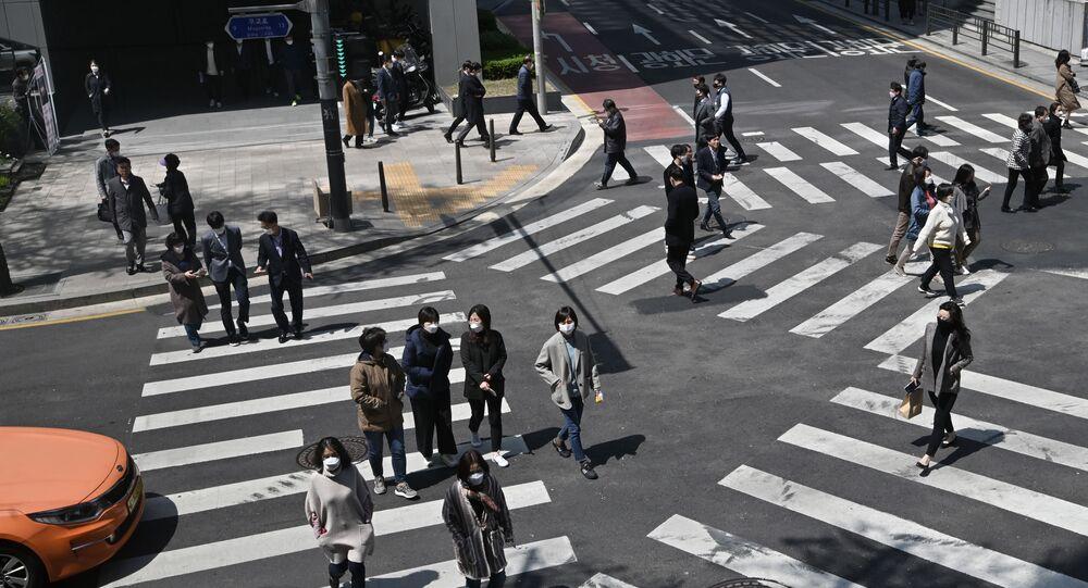 Des piétons portant des masques à Séoul