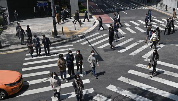 Pedestrians wearing face masks cross the road in Seoul  - Sputnik France