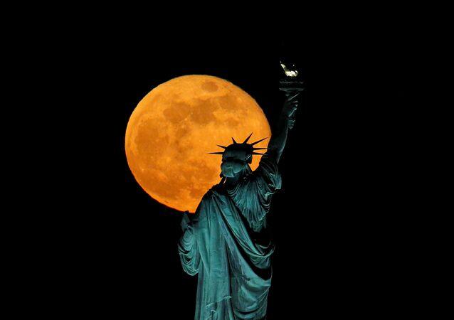La statue de la Liberté à New York en pleine lune