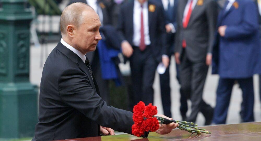 Vladimir Poutine dépose des fleurs sur la tombe du Soldat inconnu (archives)