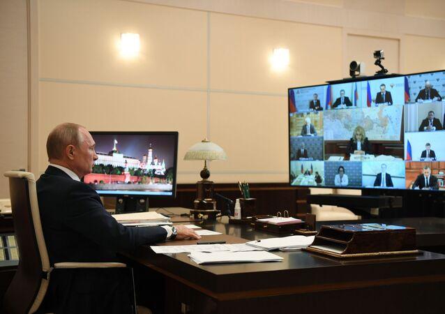 Vladimir Poutine préside une réunion consacrée à la situation sanitaire en Russie