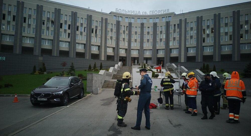 pompiers près d'un hôpital de Saint-Pétersbourg