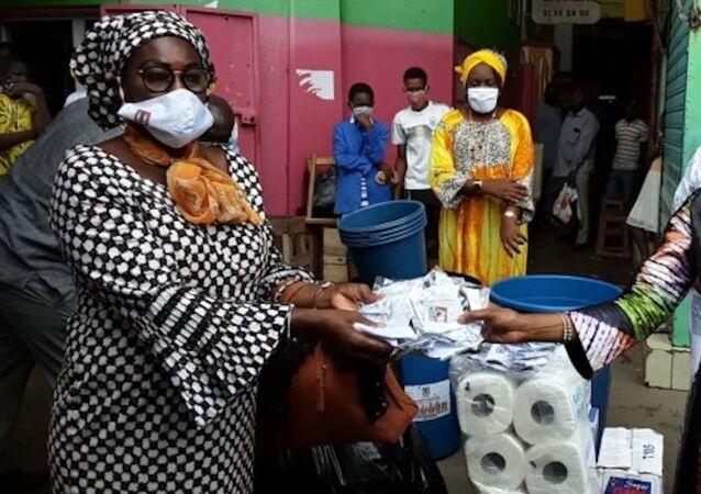 Remise de masques aux femmes du marché de Belleville, Côte d'Ivoire