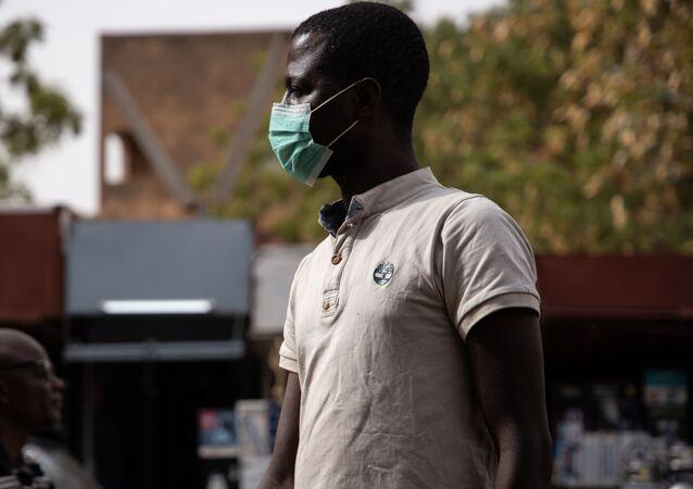Un homme dans les rues de Ouagadougou, Burkina Faso