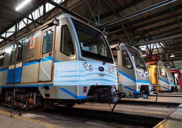 Un train  «en masque médical» dans le métro de Moscou