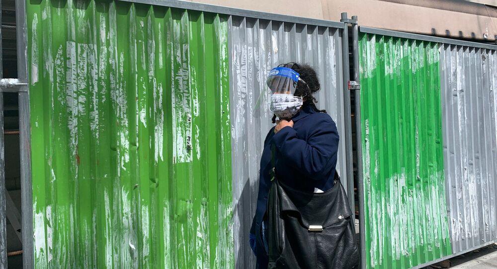 Une femme portant un masque lors du premier jour du déconfinement à Paris, 11 mai 2020