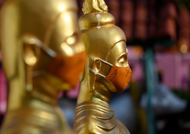 Des statues de Bouddha masqueés à Bangkok