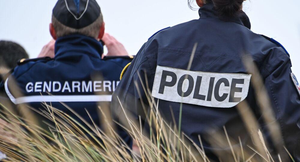 un gendarme et un officier de police, image d'illustration