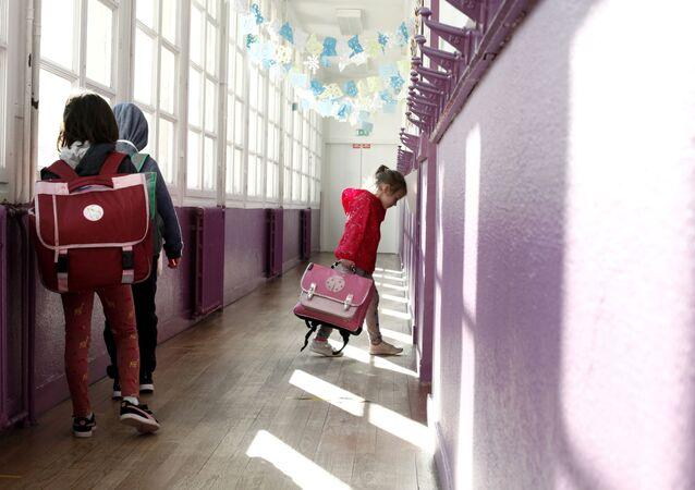 Des enfants dans une école française