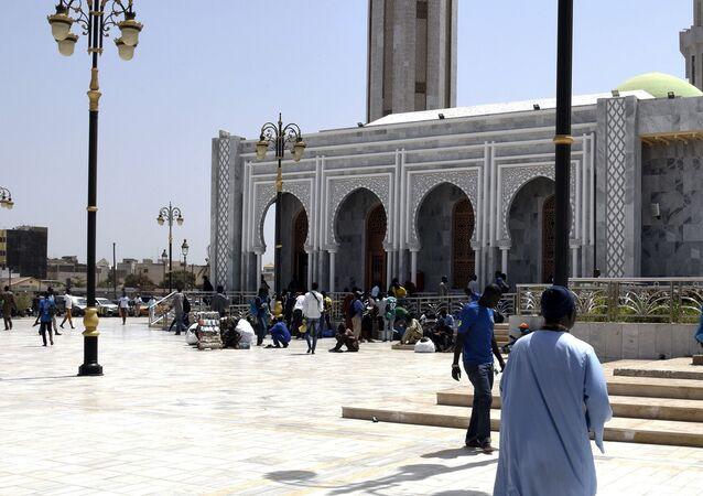 L'appel à la prière, le 4 avril 2020, devant la mosquée Massalikul Jinaan de Dakar.