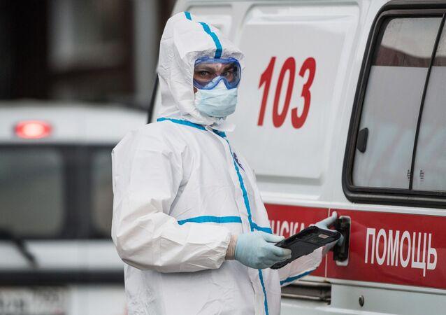 Un soignant de l'hôpital moscovite de Kommunarka