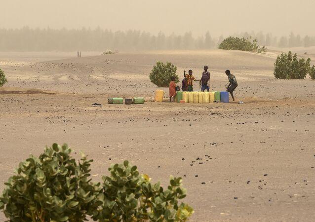 Des enfants tirent de l'eau (nord du Mali)