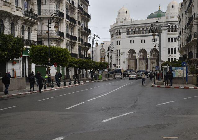 Les boutiques ont le rideau baissé dans une rue commerçante d'Alger