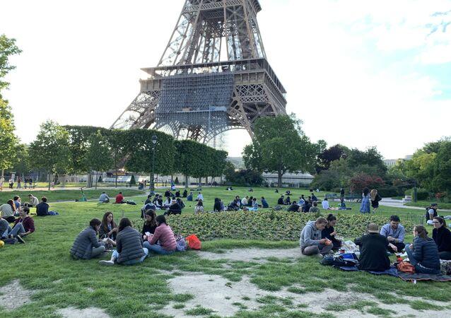 Des Parisiens pique-niquent près de la tour Eiffel