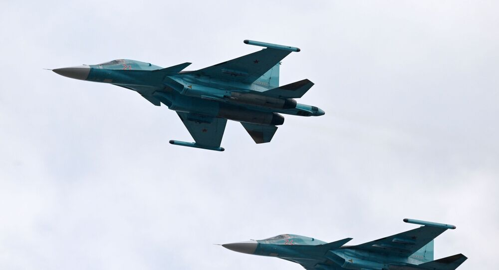 Des chasseurs-bombardiers Su-34 lors d'un défilé militaire