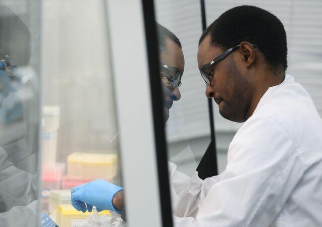 Un chercheur travaille sur un vaccin (archive photo)