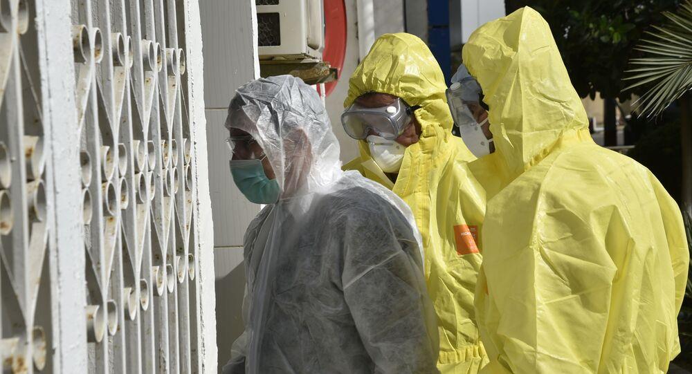 Des médecins de l'unité de traitement du Covid-19 devant l'hôpital El-Kettar à Alger, Algérie.