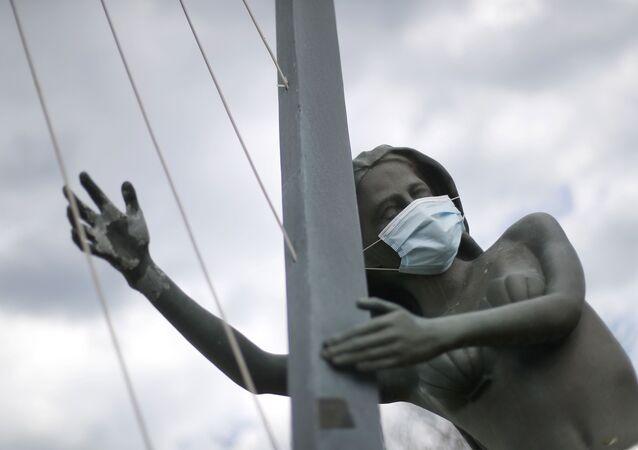 Une statue avec un masque (image d'illustration)