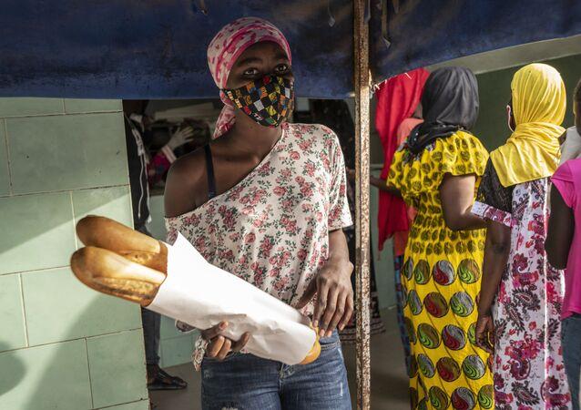Une femme portant une masque de protéction à Dakar