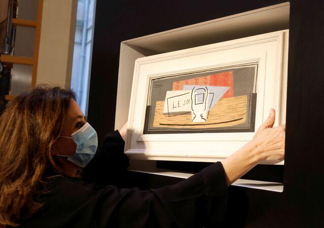 Tirage au sort d'une loterie de charité, désignant le gagnant d'une peinture à l'huile Picasso pour 100 euros chez Christie's Paris