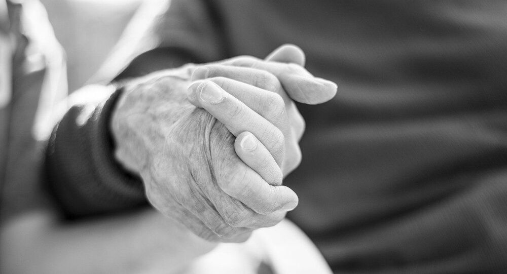 La main d'une personne âgée, image d'illustration