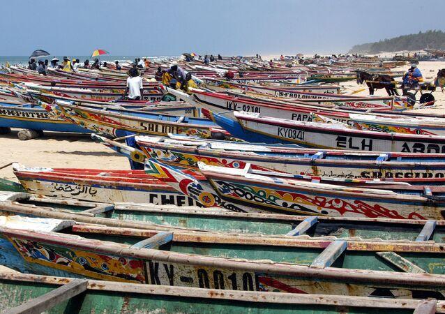 Des bateaux de pêches sont alignés sur la plage au Sénégal
