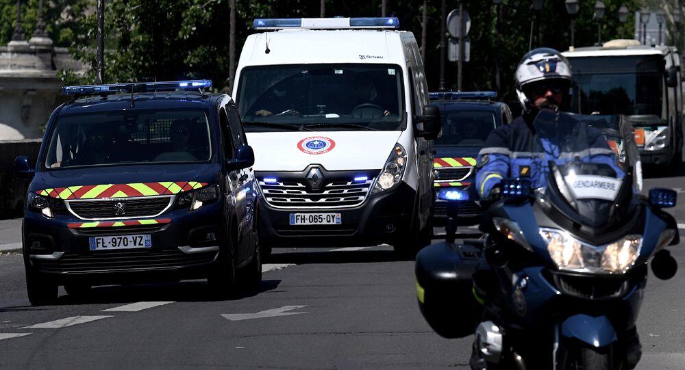 Des gendarmes escortent le véhicule qui transporte Félicien Kabuga, le 16 mai 2020.