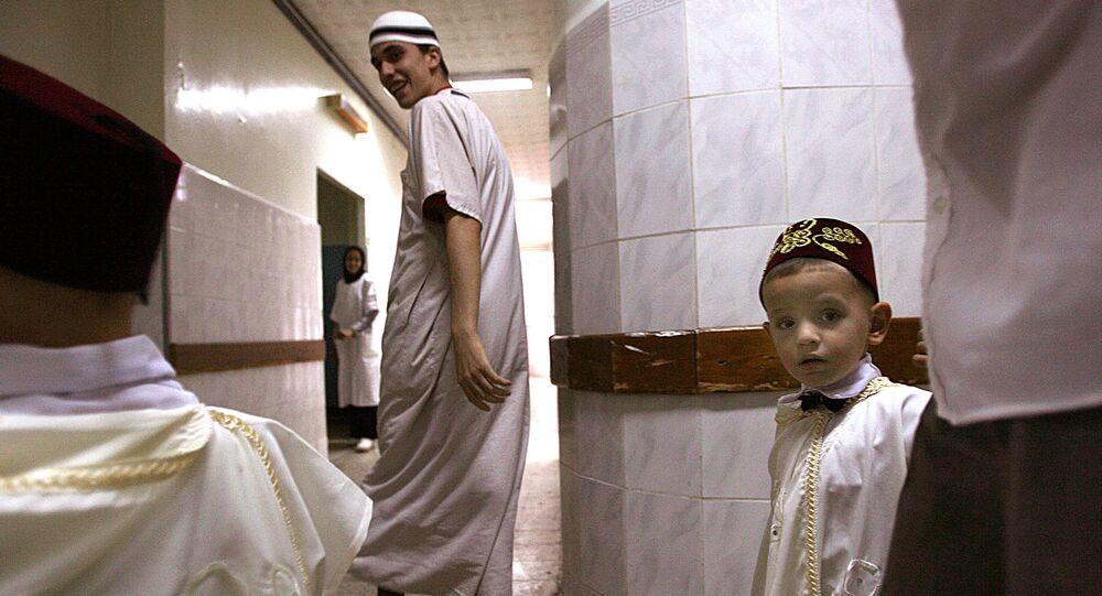 Des parents emmènent un petit garçon à l'hôpital pour sa circoncision, Alger.